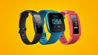 Tre forskellige Fitbit - sort, blå og rød