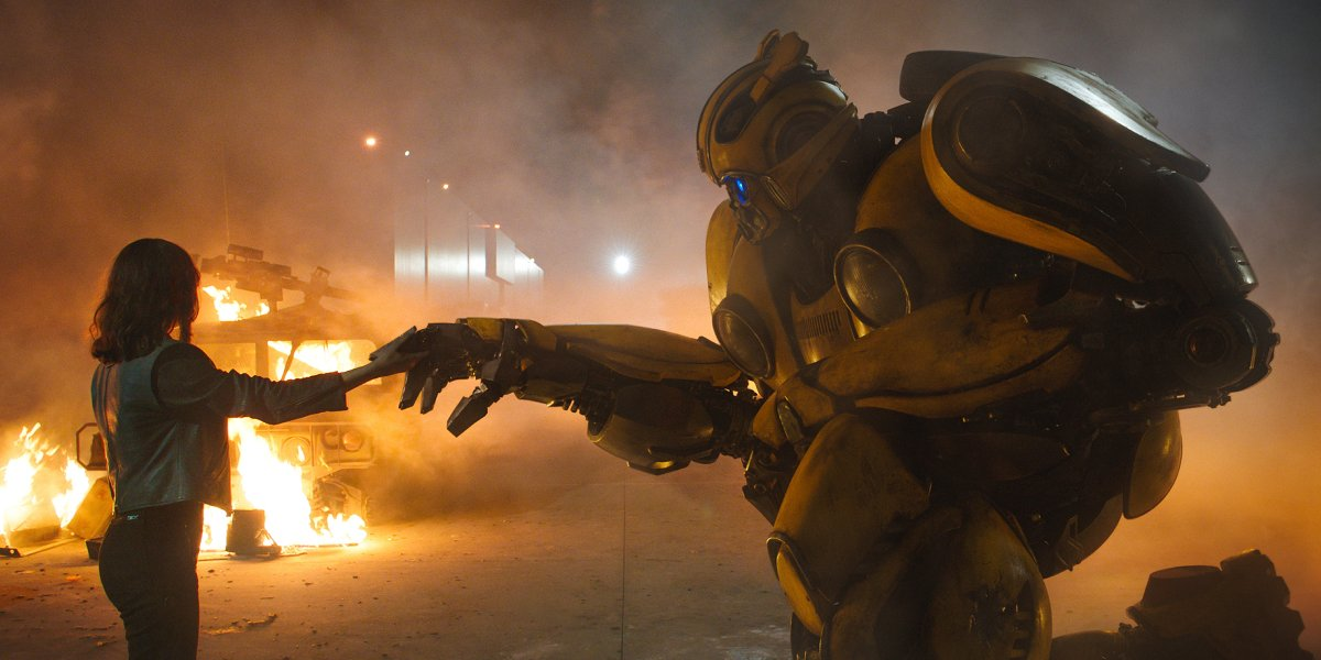 Hailee Steinfeld has a heart-to-heart with the titular Transformer in Bumblebee