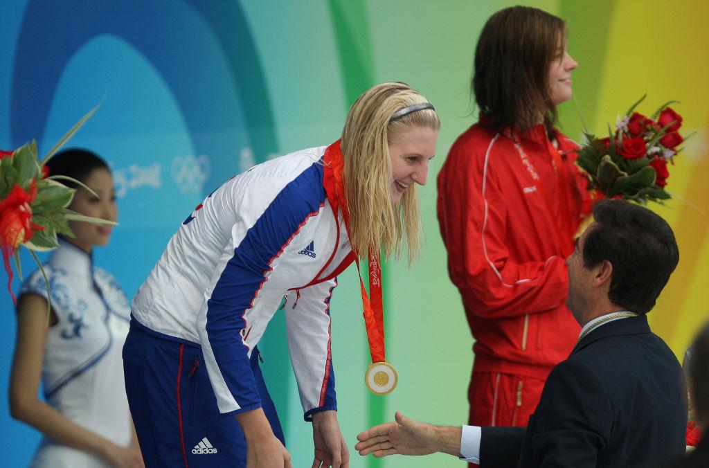 Rebecca Adlington recibe su oro olímpico en los 800 m en Beijing.