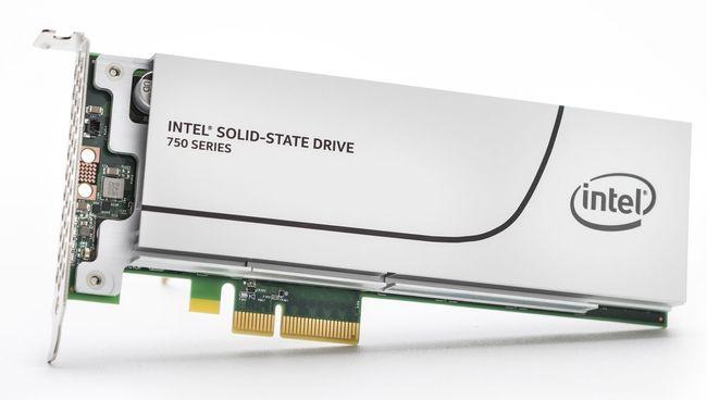 SSD ini menggunakan koneksi PCIe untuk meningkatkan kecepatan