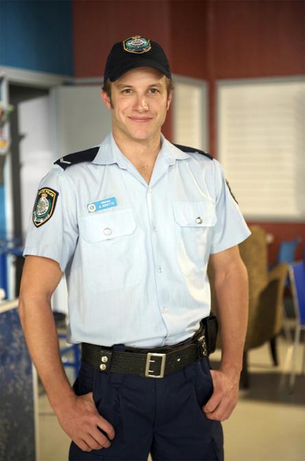 'Killer cop' Angelo returns to Summer Bay!