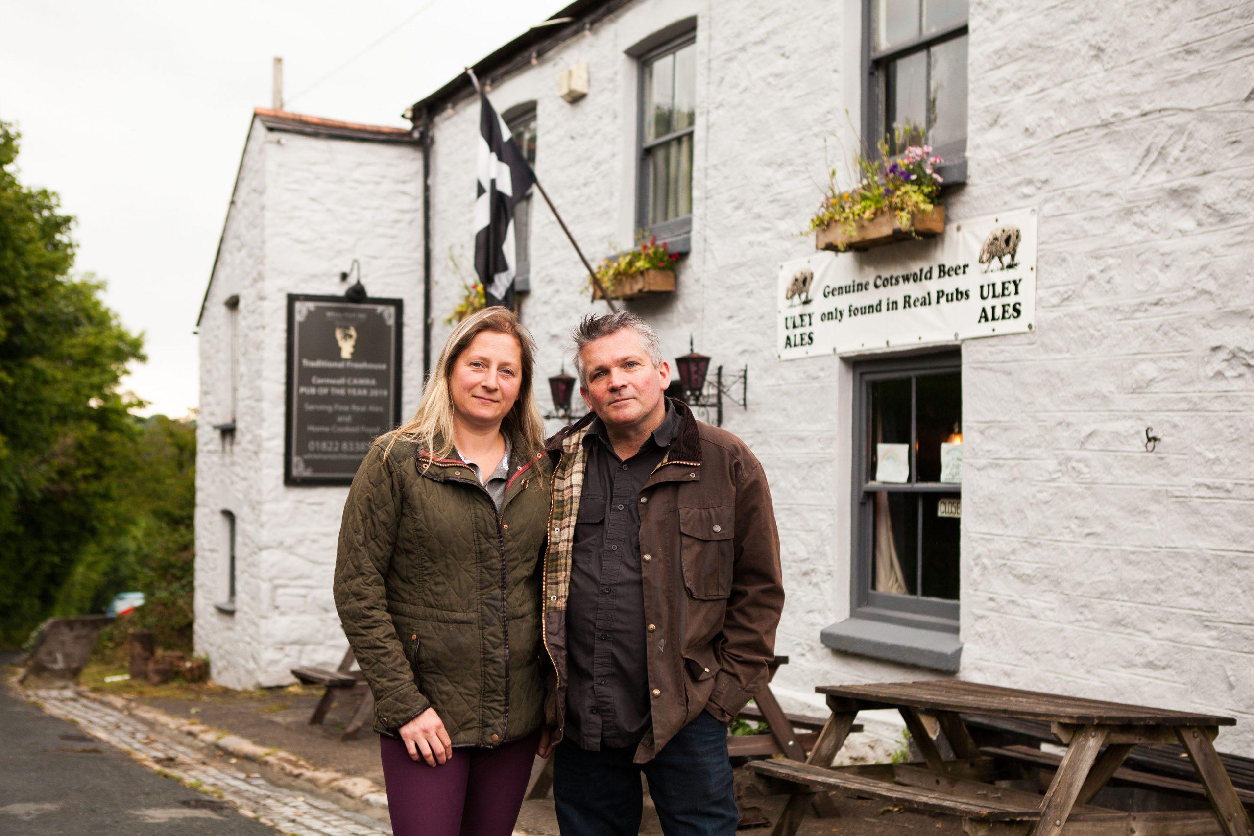 Los propietarios Amy e Ian frente a White Hart en Cornwall.