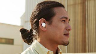 ein Mann trägt die sennheiser cx true wireless earbuds in weiß