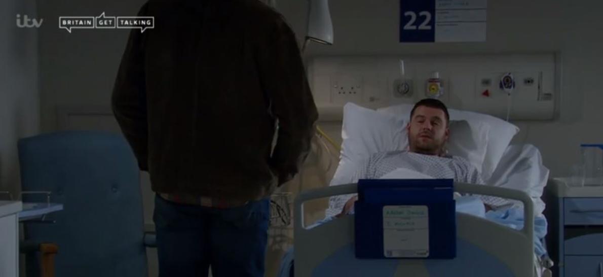 Emmerdale Mackenzie y Aaron en el hospital