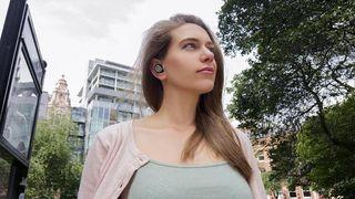 Kvinde med ørepropper på gaden