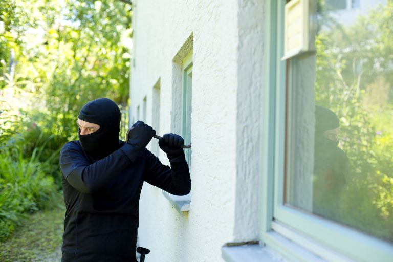 Home security: Burglar attempting to get into house