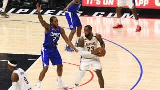 Lakers LeBron James defended by Clippers Kawhi Leonard