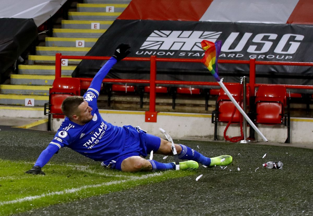 Jamie Vardy snatches last-gasp winner for Leicester ...