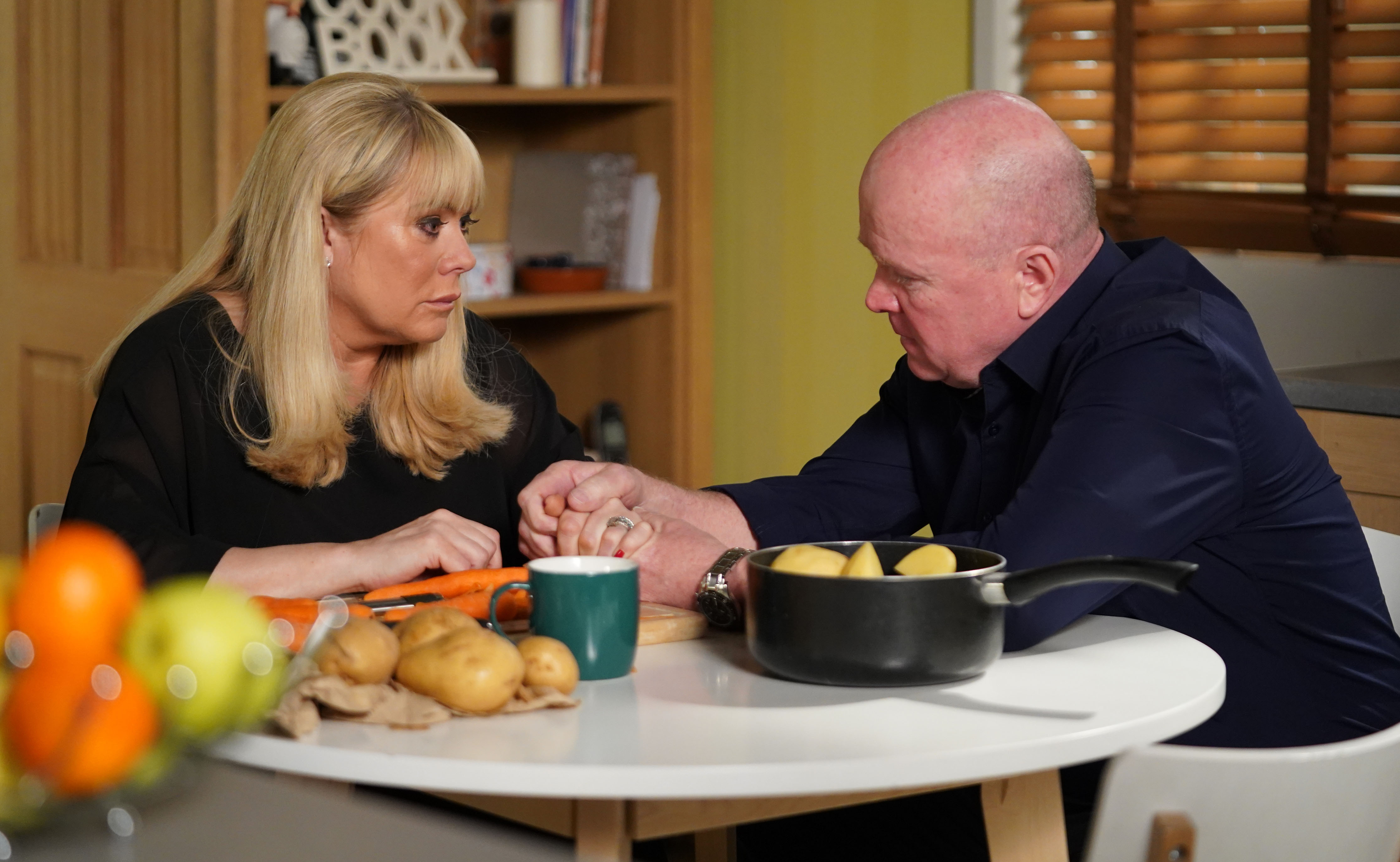 EastEnders Sharon Mitchell habla con Phil Mitchell