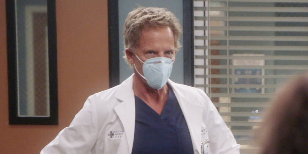 greg germann's dr. koracick in a mask looking sassy on grey's anatomy