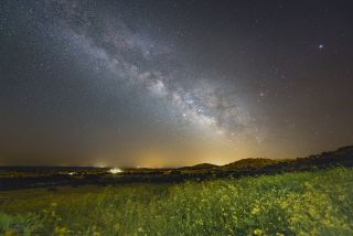 Milky Way Glimmers Over Gorgeous Landscape During the Spring Equinox (Photo)