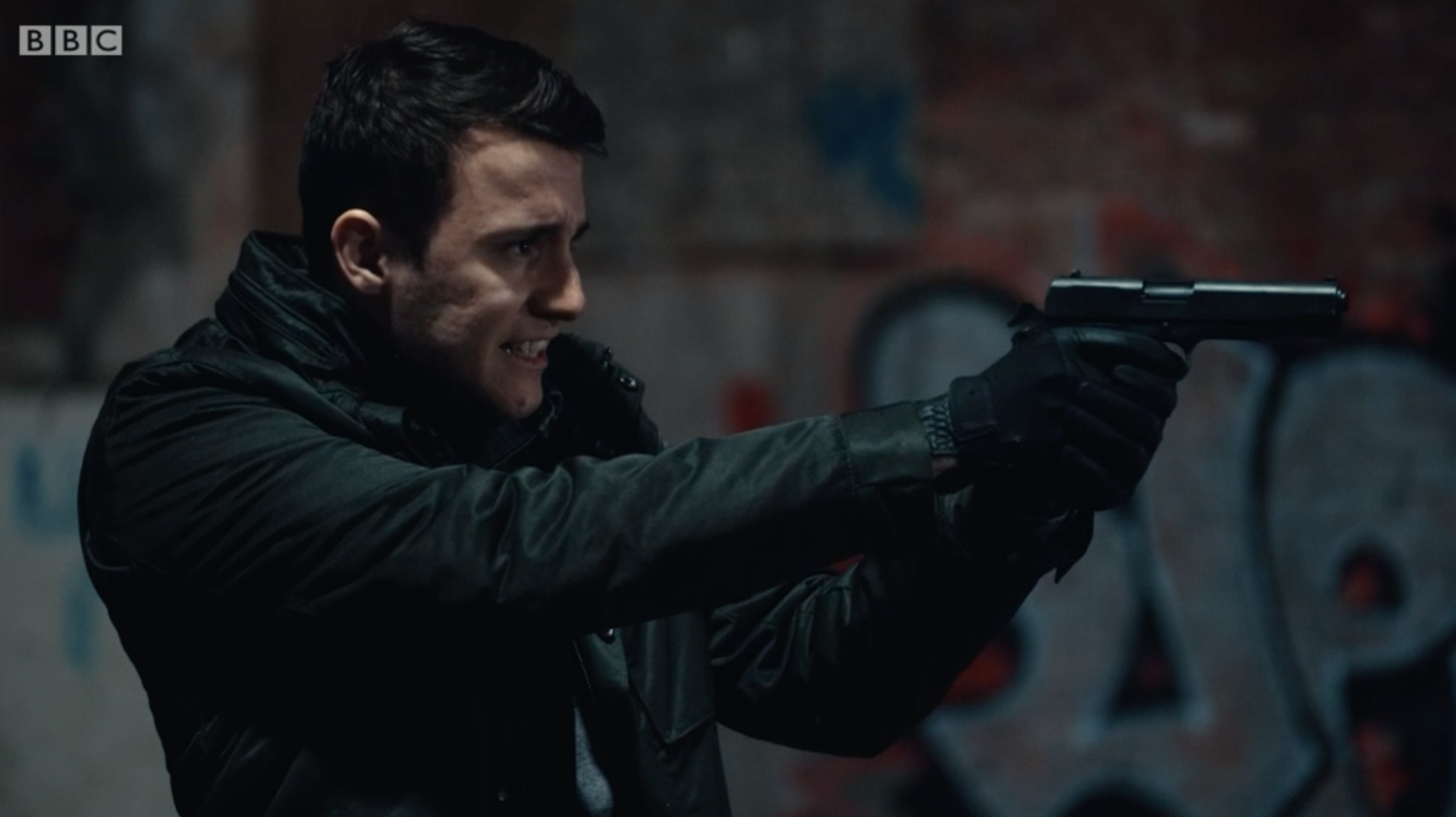 Ryan Pilkington apunta con un arma a Kate en Line of Duty