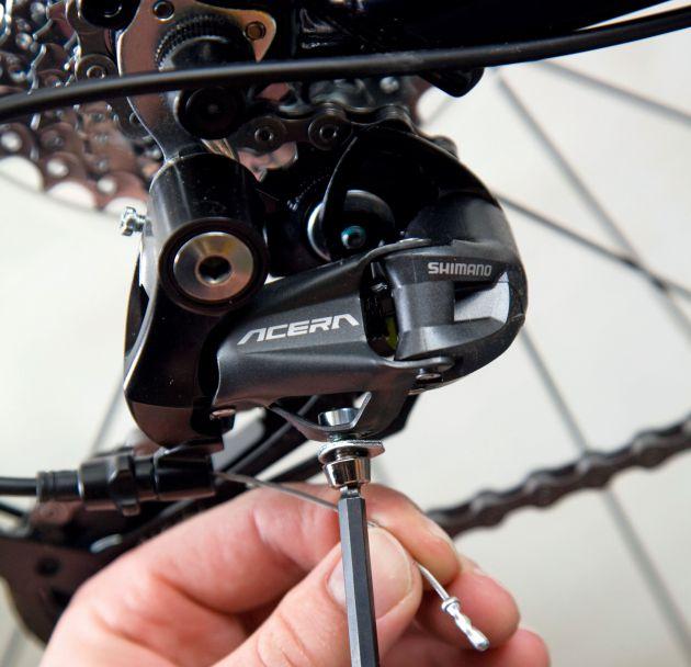 Отверните болт крепления кабеля на переключателе