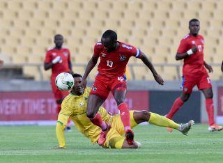 Mothobi Mvala challenges Peter Shalulile for the ball