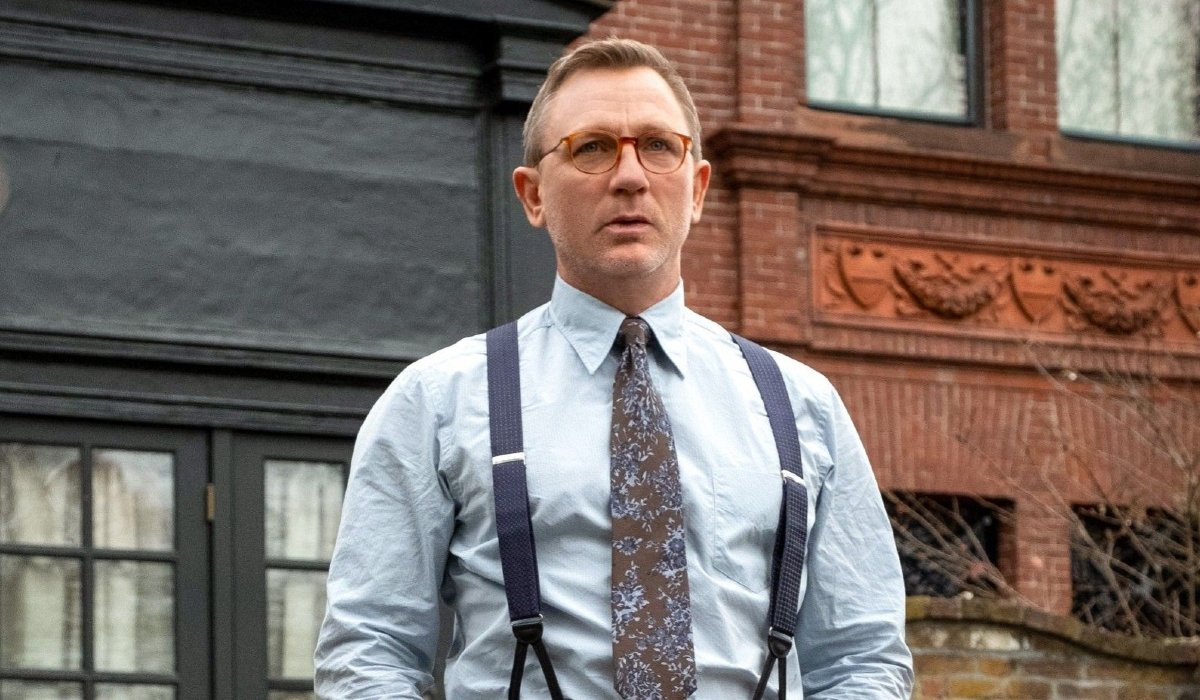 Knives Out Daniel Craig outside, without a coat