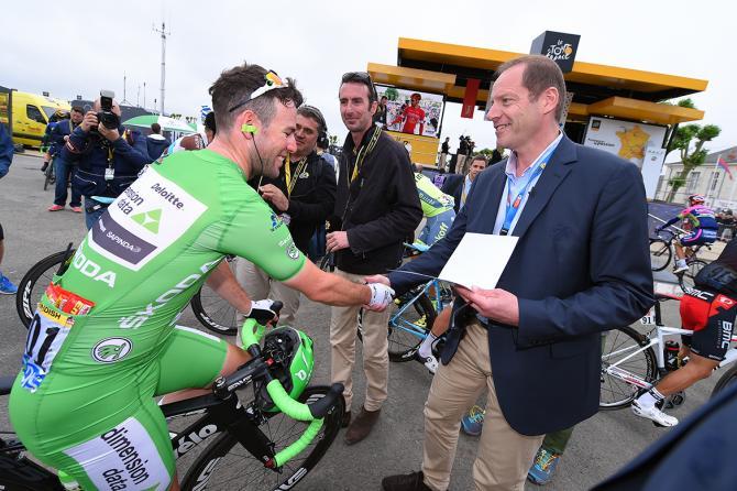 Mark Cavendish greets Christrian Prudhomme