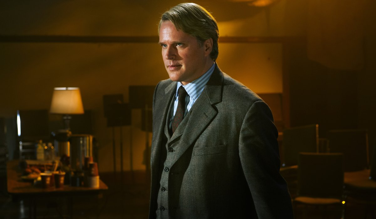 Cary Elwes stands in a dimly lit room in Saw: The Final Chapter.