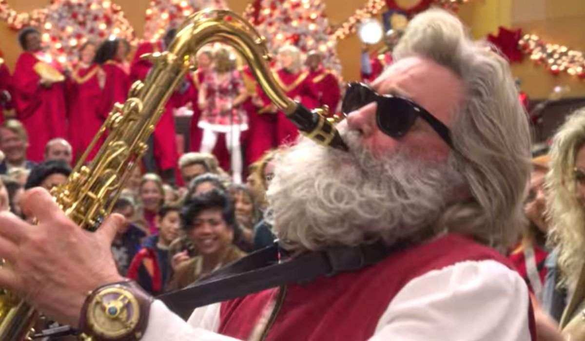 The Christmas Chronicles 2 Kurt Russell plays sax at the airport