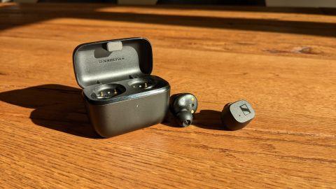 Sennheiser CX True Wireless liegen auf einem Tisch neben ihrem Case