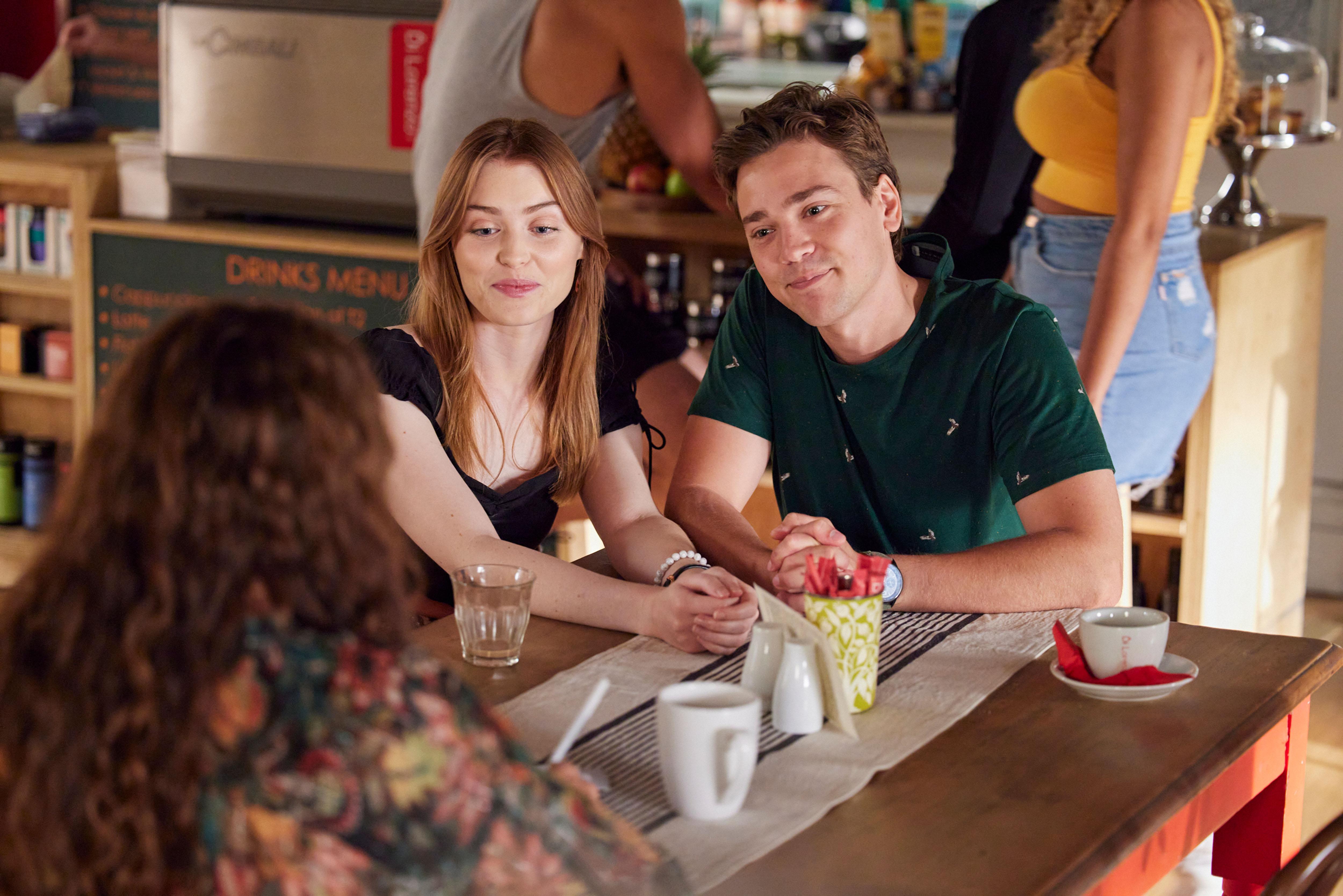 Chloe y Ryder hablan con Roo sobre su idea de negocio Home and Away