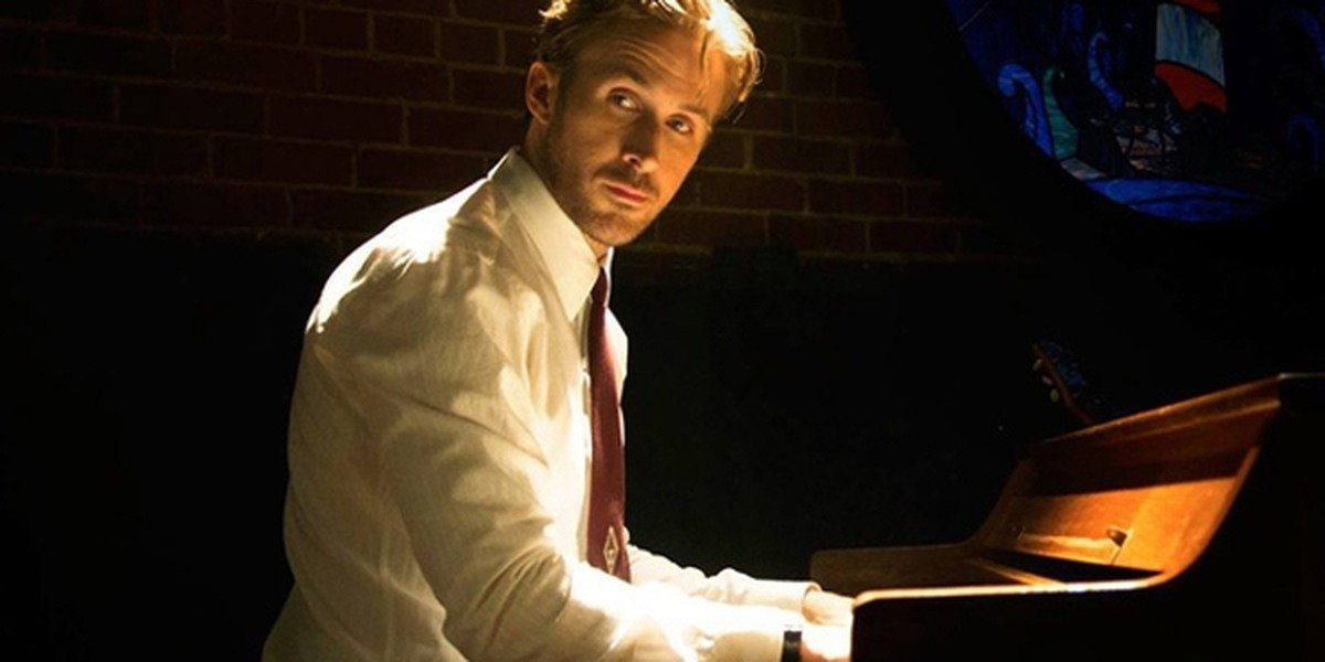 Ryan Gosling as Seb playing on his piano in La La Land.