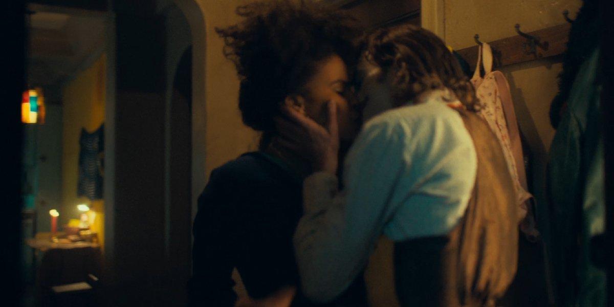 Sophie and Arthur kiss in Joker