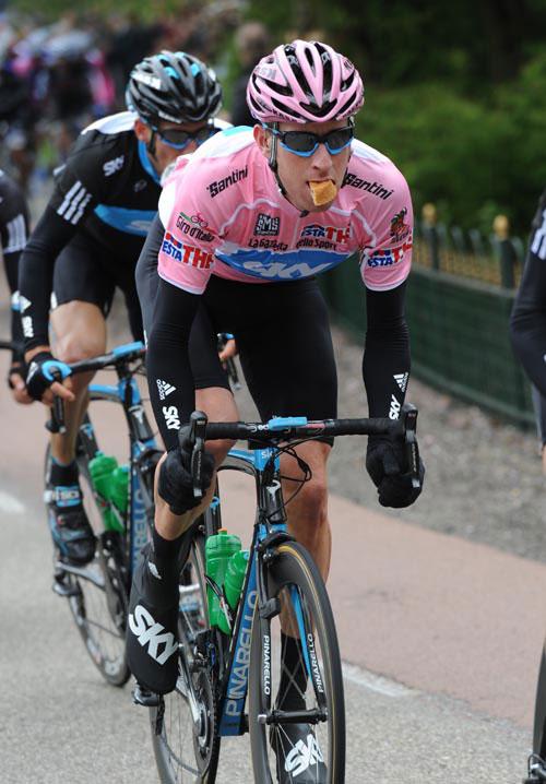 Bradley Wiggins has a snack, Giro d'Italia 2010, stage 2