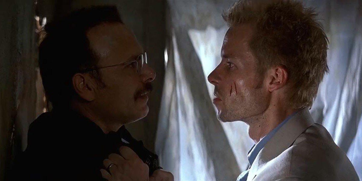 Joe Pantoliano and Guy Pearce in Memento