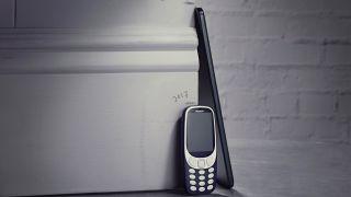 La nouvelle tablette Nokia à côté du Nokia 3310