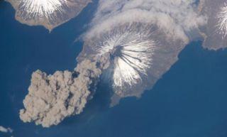 volcano-plume-alaska-110615-02