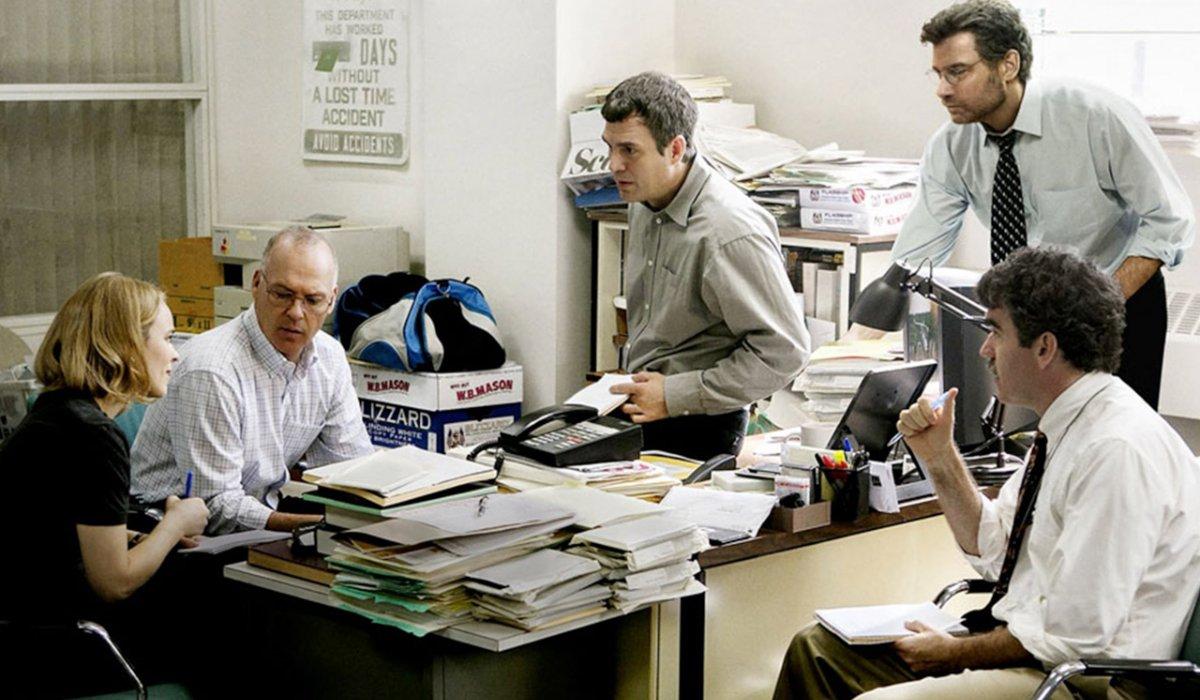 Spotlight the cast discusses the story at Michael Keaton's desk