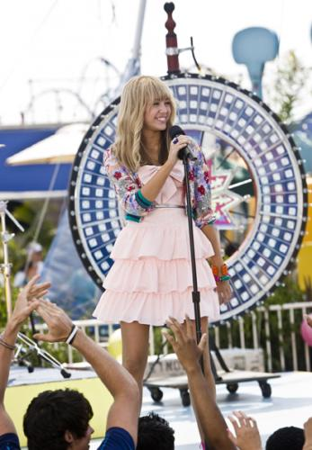 The Movie - Miley Stewart/Hannah Montana (Miley Curus) belts out a tune