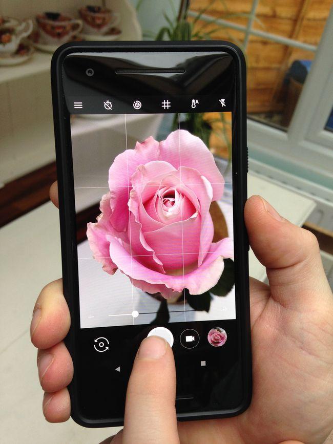 Menggunakan fitur grid camera pada smartphone