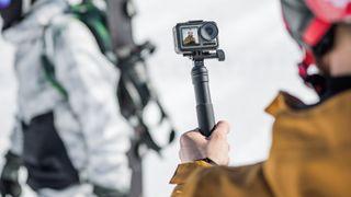 DJI Osmo Action brukes til å ta en selfie