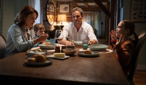 Pet Sematary The Creed family sitting at the dinner table, Louis looking distracted