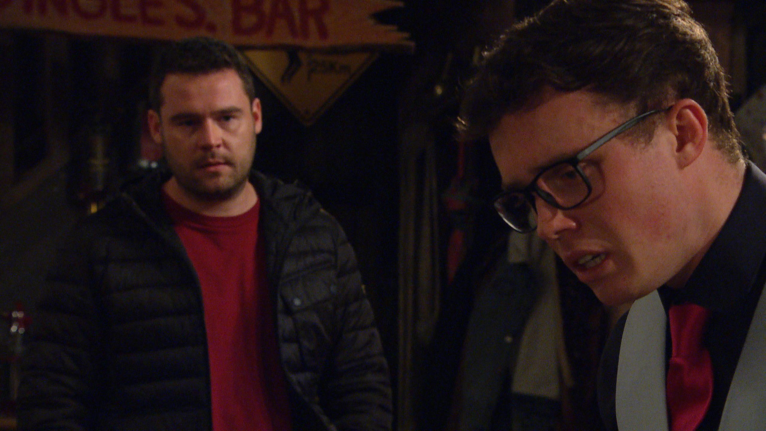 Aaron intenta que Vinny se abra en Emmerdale