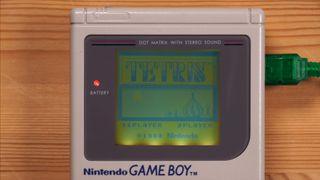 Una consola Game Boy jugando al Tetris a través de Internet
