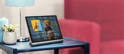 Lenovo Yoga Smart Tab olohuoneen lasipöydällä