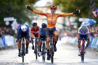 Nils Eekhoff wins the U23 road race
