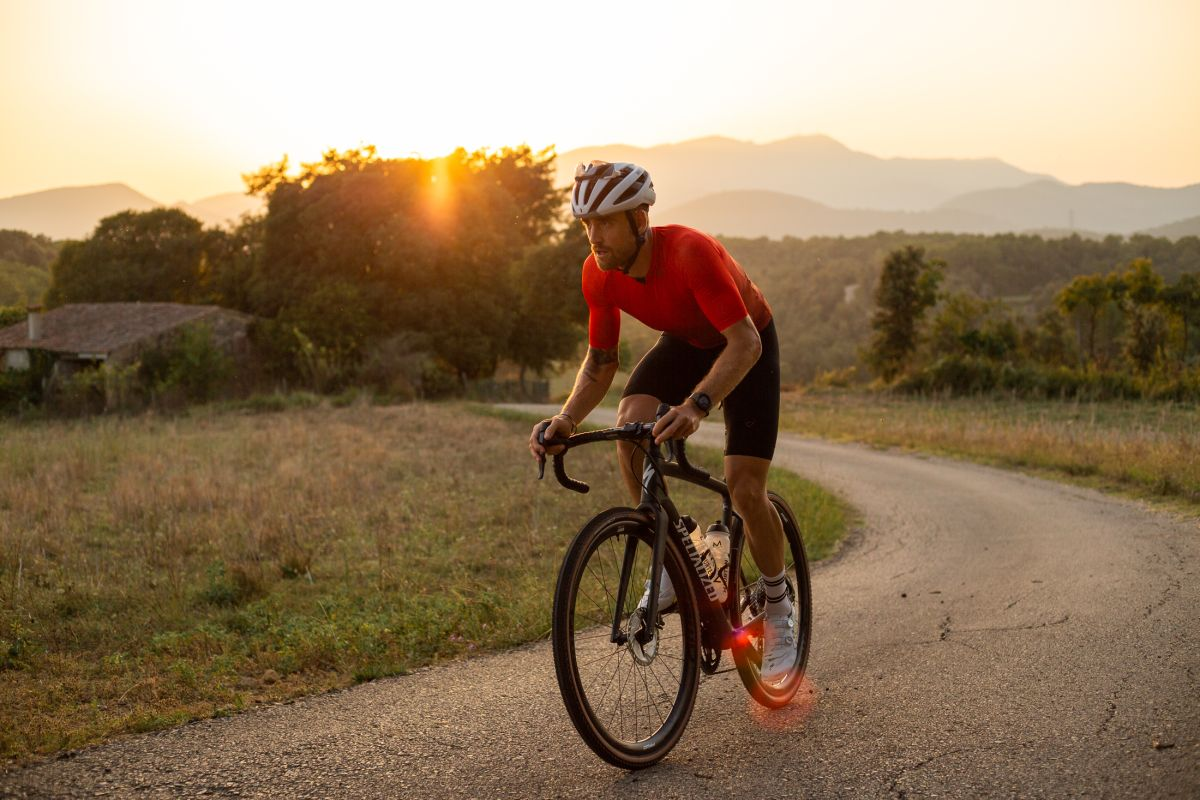 The Amazing Race documentary shows Jack Thompson riding Tour de France route in 10 days – Video