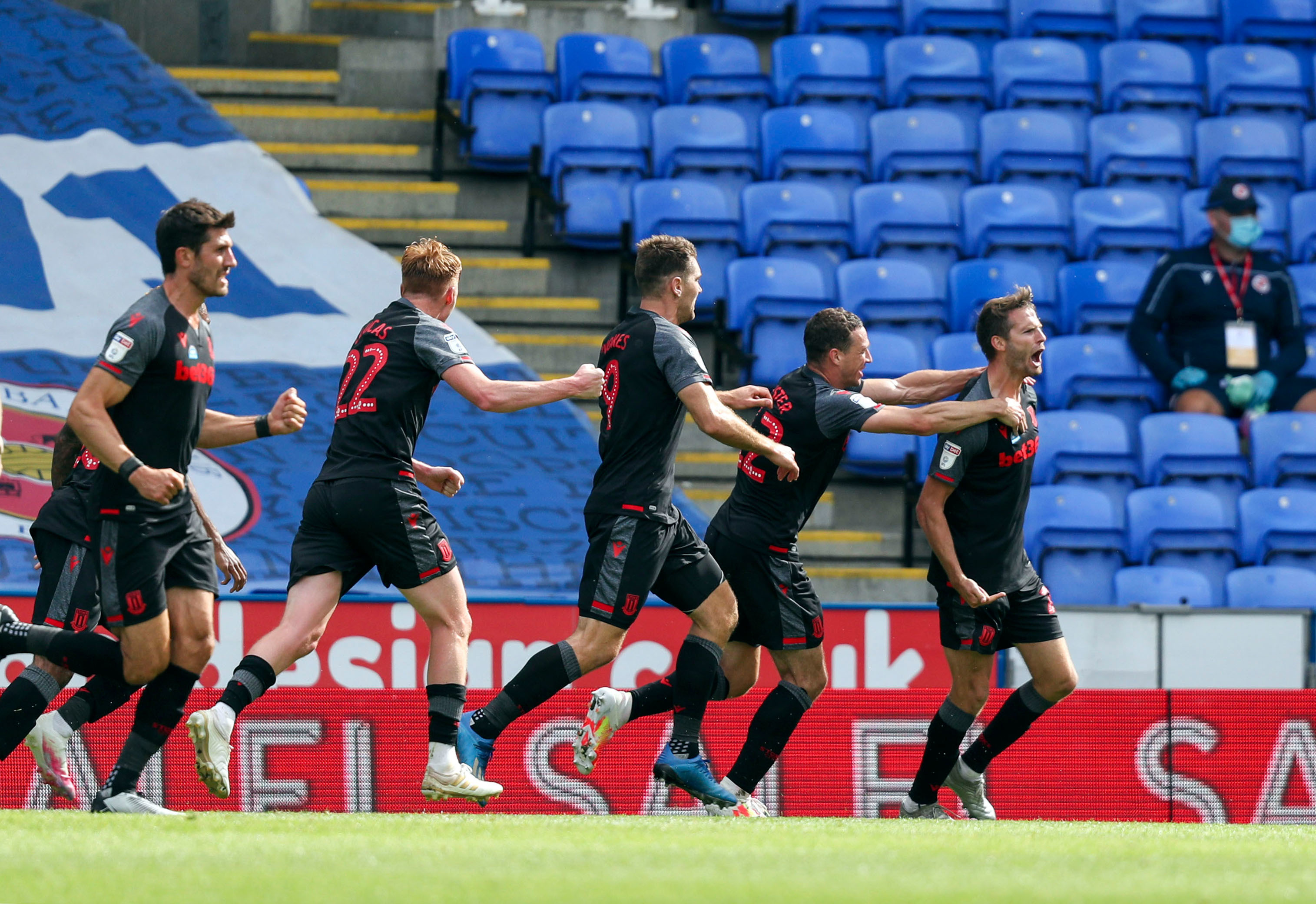 Last Gasp Nick Powell Strike Earns Stoke Point At Reading