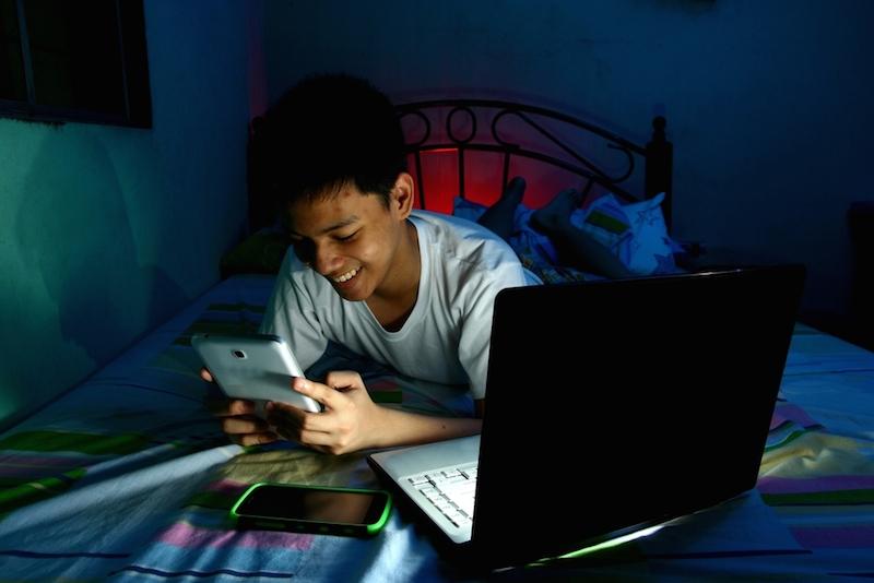 Perché dovresti evitare la luce dello schermo di notte?