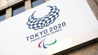 Paralympics i Tokyo 2020-logoen på en plakat montert på en husvegg