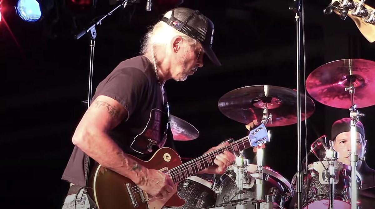 Watch George Lynch Salute Eddie Van Halen – on a Les Paul