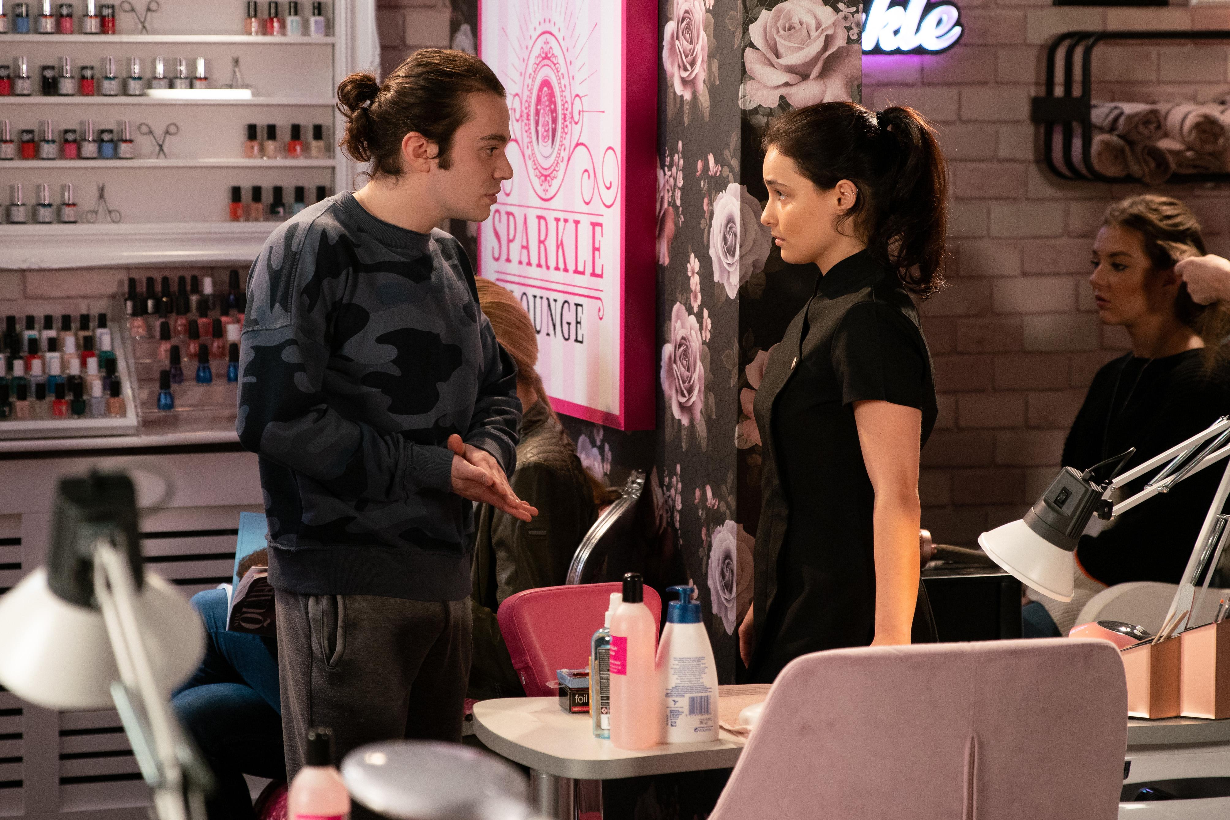 Alina le dice a Seb que se acabó entre ellos.
