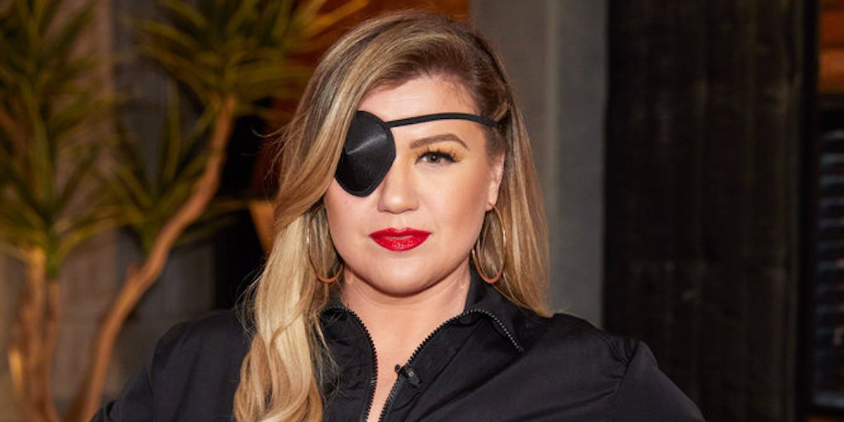 kelly clarkson the voice eyepatch