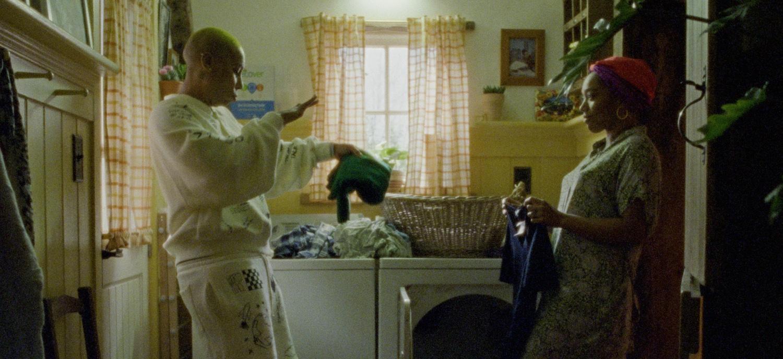 Denise (Lena Waithe) y Alicia (Naomi Ackie) tienen una fiesta de baile improvisada mientras doblan la ropa en la última temporada de 'Master of None'.