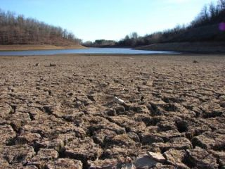 drought-lake-bed-110908