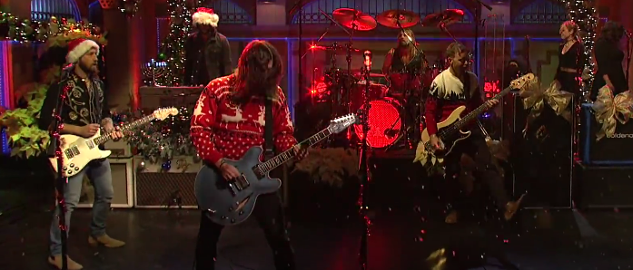 Foo Fighters Snl Christmas.Watch Foo Fighters Bring Holiday Cheer To Saturday Night