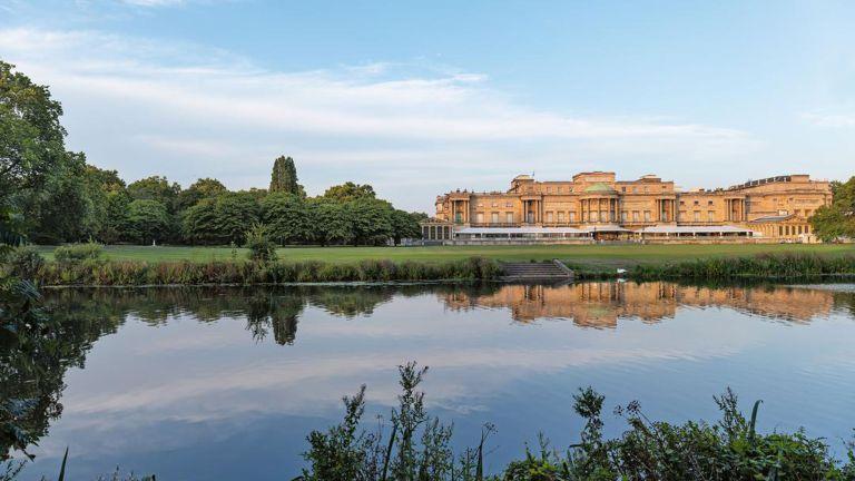 Buckingham Palace gardens lake